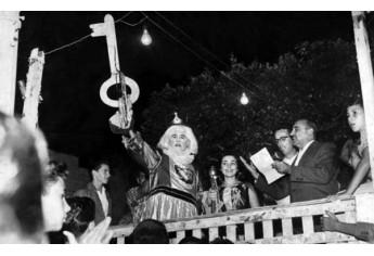 Entrega da chave da cidade ao Rei Momo, Armando Turci. Na mesma foto a Rainha do Carnaval., Aparecida Briguenti. No palco o então prefeito de Adamantina Antônio Cescon e o radialista Newton Barreto.