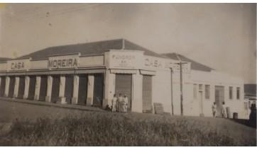 Antiga Casa Moreira, no cruzamento da Rua Osvaldo Cruz com a Alameda Armando de Salles Oliveira, hoje Centro Empresarial (Fotos: Arquivo Hist�rico Municipal de Adamantina).