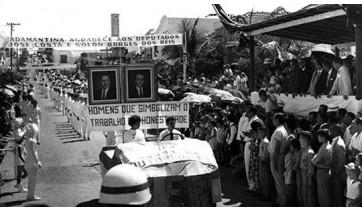 Desfile cívico. Administração de Antônio Cescon (1961/1965). Destaque para as faixas fixadas em via pública, de saudação aos politicos da época (Arquivo).
