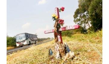 Entre a cruz, a estrada e a eterniza��o da dor