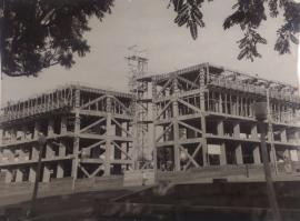 Início da verticalização da cidade, na década de 60, com a construção dos edifícios que depois se tornaram o Paço Municipal - à esquerda - e o Residencial Dom Bosco - à direita (Fotos: Arquivo Histórico Municipal).