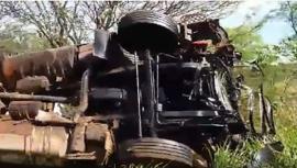 Caminhão capotou na pista, com o acidente (Imagem: Reprodução/Vídeo/Site Jorge Zanoni).