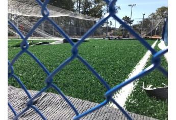 Quadra recebe grama sintética, no Parque dos Pioneiros (Foto: Siga Mais).