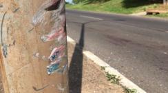 Motociclista de 20 anos morre após bater sua moto em poste