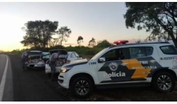 PM Rodoviária prende trio com carga de produtos contrabandeados no porta-malas de dois carros