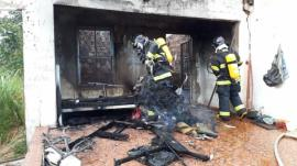 Casa abandonada, que foi incendiada, era usada por moradores de rua (Foto: Corpo de Bombeiros de Osvaldo Cruz / Cedida).
