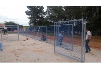 Iniciada a montagem da quadra de futebol society, com grama sintética, no Parque dos Pioneiros (Foto: Cedida).