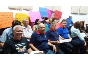 Representantes do Lar dos Velhos e da Sociedade São Vicente de Paulo empunham cartazes e pedem mais recursos para o custeio dos atendimentos prestados aos cerca de 50 idosos (Da Assessoria).