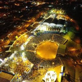 Imagem aérea do Recinto Poliesportivo, na noite desta sexta-feira (Reprodução/Robson Montoz/Florada).