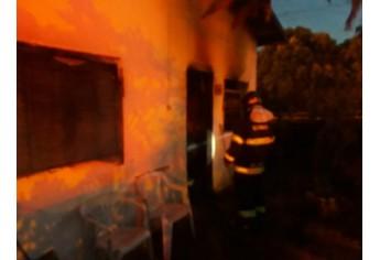 Bombeiros de Adamantina atuaram no socorro às vítimas e contenção das chamas. Uma idosa de 87 anos morreu carbonizada e seu marido, de 76 anos, ficou ferido (Foto: Reprodução/Folha Regional Adamantina).