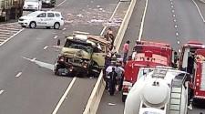 Caminhoneiro é arremessado após colisão de caminhões na SP-425