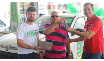 Cocipa entrega carro, motos e vale-compras da campanha Hiper Cliente Feliz