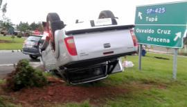 Camionete com placas de Adamantina capota no trevo de Parapuã. Quatro ocupantes do veículo saíram ilesos do acidente (Foto: Internauta/Cedida).