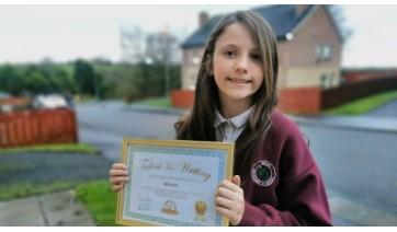 Manuela exibe o certificado conferido pela Young Writers (Cedida).