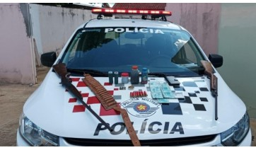 Armas, munições, dinheiro e outros materiais apreendidos pela Polícia Militar, pertencentes ao agressor da mulher (Divulgação/PM).