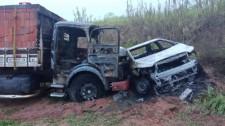 Acidente envolve carro e caminhão em Irapuru, após disparos de arma de fogo; veículos pegam fogo