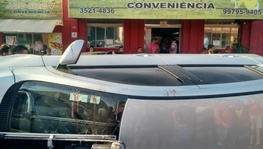 Após colisão, carro tomba e fere motorista na Adhemar de Barros