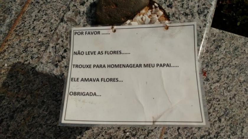 Filha deixa recado para ladrões de flores no cemitério, mas furto se repete