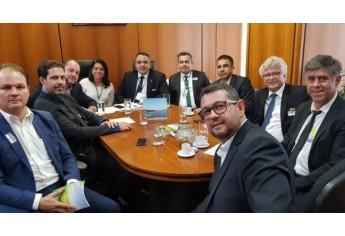 Equipe de prefeitos da região em reunião na FUNASA no gabinete do Ministro (Acervo Pessoal).