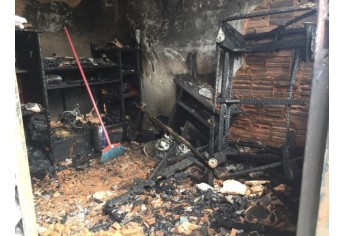 Imóvel ficou danificado com o incêndio, que resultou na morte da idosa (Foto: Heloise Hamada/TV Fronteira).
