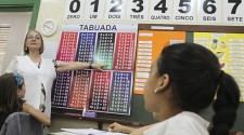 Governo de SP apresenta reestruturação de carreira de professor com salário inicial de R$ 4 mil