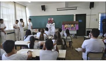 Orientações aos alunos do 6º ano incluíram teatro de fantoches, apresentação de música e dinâmica (Fotos: Profª Drª Marceli Moço Silva).