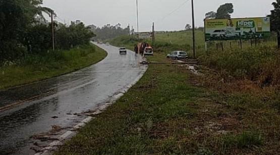 Carro bate em poste na vicinal Adamantina/Lucélia; vítima sai ilesa do acidente