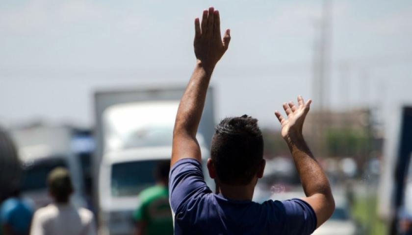 Mesmo com anúncio de acordo, caminhoneiros continuam parados na região
