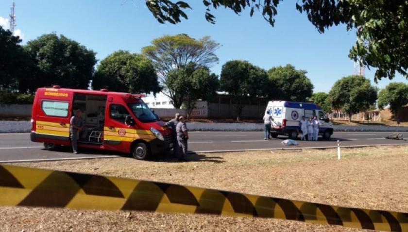 Mãe cadeirante e filha morrem atropeladas ao atravessar a SP-294, a poucos metros de passarela