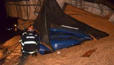 Caminhoneiro fica preso às ferragens após acidente de caminhão com carga de amendoim