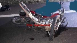 Moto ficou destruída, após choque contra ônibus (Foto: Reprodução/Site Tupã Notícias).