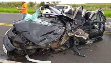 Van e carro de passeio batem de frente na SP-294 em grave acidente