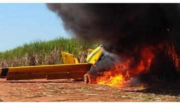 Avião em chamas na zona rural de Junqueirópolis  (Foto: Renan Monteiro/TV Oeste Diário).