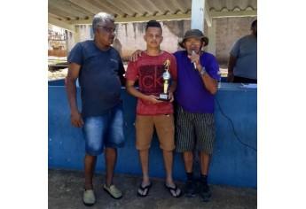 Entrega de premiações às equipes, no torneio de futebol médio realizado neste sábado (Foto: Cedida).