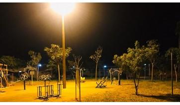 Secretaria de Planejamento promoveu a instalação de iluminação no parquinho infantil e na academia ao ar livre no Jardim Bela Vista (Foto: Da Assessoria).