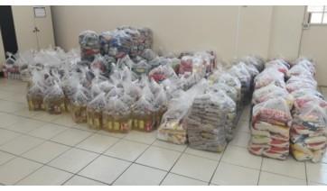 Ao receber máscaras contra a Covid-19, população doa alimentos, que somam 9 toneladas