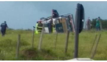 Carro forte tomba na SP-294, trevo da Lagoa Seca