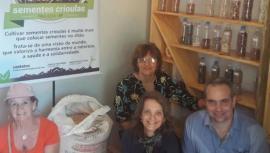 Benetti (Dracena), Cláudia Santos (secretária administrativa da AMNAP), Jorge Fernandez (médico cubano do Programa Mais Médicos) e a professora Izabel Castanha Gil visitam o banco comunitário de sementes crioulas de Pauliceia (Foto: Acervo Pessoal).