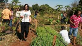 Guardiões e membros do grupo passeiam por uma horta crioula (Foto: Acervo Pessoal).