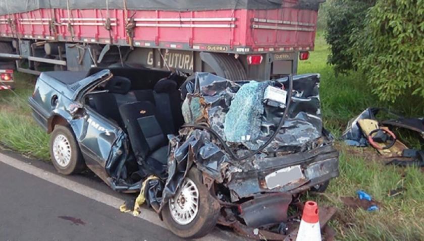Acidente entre carro e carreta mata duas pessoas em rodovia da região