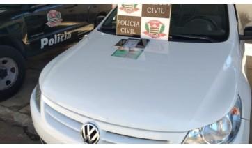 Carro, celular, dinheiro de droga foram apreendidos. Dupla foi presa acusada de tráfico de drogas (Cedida/Polícia Civil).