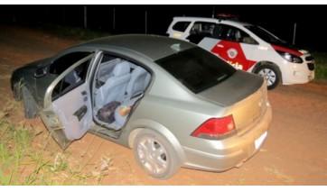 Um dos carros da família foi encontrado abandonado a alguns metros da residência. (Foto: Rádio Metrópole / Portal Metrópole / Cristiano Nascimento).