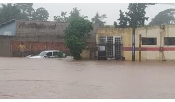 Veículo é tomado pelas enchente na chuva desta quinta-feira em Osvaldo Cruz (Foto: Marcelo Mazaro / Cedida).