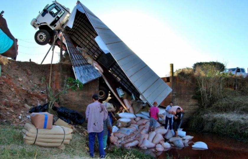 Ponte cede e caminhão fica suspenso em estrada rural