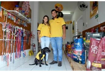 Bruna Furini, Gabriel Ribas e a cadela mascote Lessie (Foto: Siga Mais).