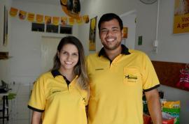 Bruna Furini e Gabriel Ribas apresentam Meu Bicho Amigo. Alimentação, cuidados de higiene e acessórios para os pets (Foto: Siga Mais).