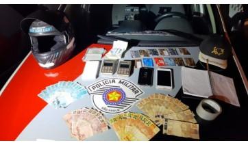 Ação da Policia Militar termina com homem preso. Com o golpista, foram apreendidos dinheiro e cartões das vítimas, máquinas de cartão, celulares, uma moto e outros objetos (Foto: Cedida/PM).