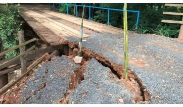 Houve deslocamento de terra provocado pela chuva, que atingiu mesmo trecho que recebeu obras em janeiro. Passagem no local foi interditada na tarde desta segunda-feira (30), para obras (Foto: Siga Mais).