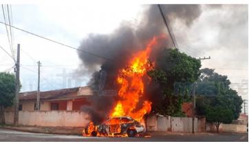 Carro fica destruído após pegar fogo