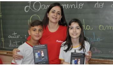 Autor mirim da obra dono da obra O Poder da Amizade, João Miguel Azedo, a ilustradora Maria Clara de Oliveira Servante Linares e a professora do 5º ano C, Angela Soares (Foto: Da Assessoria).